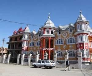 Rămân fără palatele cu turnuleţe ca prin...magie! Lovitură cruntă pentru cele mai cunoscute vrăjitoare din România!