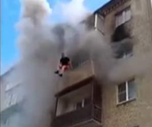 VIDEO / Doi părinţi şi-au aruncat copiii pe geam şi apoi s-au aruncat şi ei! Imagini cu impact emoţional!