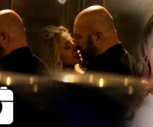 SUPEREXCLUSIVITATE! Blonda lui Scărlătescu a ieşit singură în club! A ajuns la urgenţe şi medicii au legat-o de targă! Nu se mai controla şi se dădea cu capul de pereţi