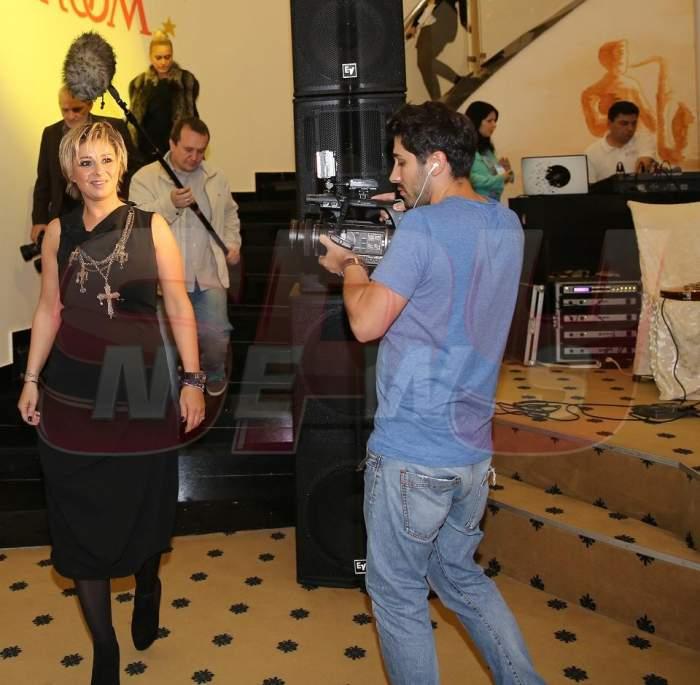 Când Reghe e în cantonament... Anamaria Prodan se pupă cu un adevărat playboy! Foto incredibil