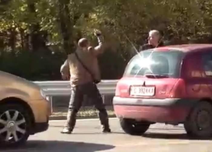 Incredibil! Doi bărbaţi se bat cu bâtele în stradă!