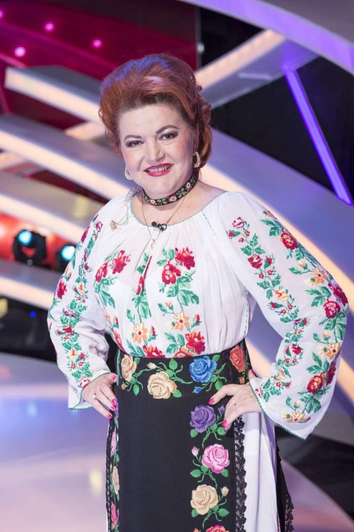 Şocant! Maria Cârneci renunţă la costumul popular pentru... NIMIC! Cântăreaţa va apărea goală!