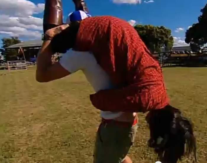 """Unul dintre cele mai ciudate sporturi din lume se numeşte """"Căratul nevestei"""" Uite cum se joacă! / VIDEO"""