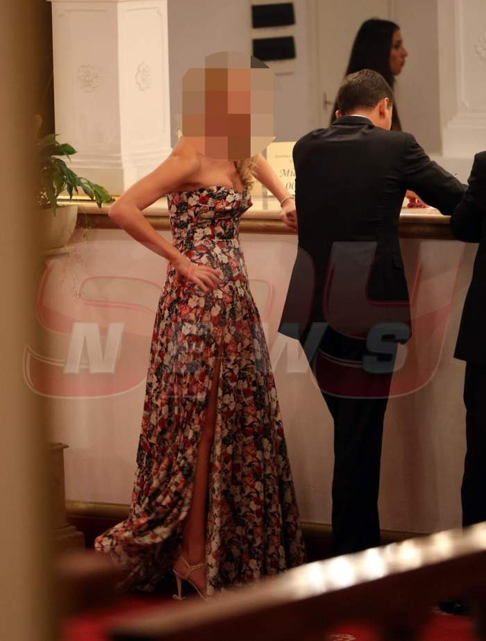 O  super vedetă s-a cam făcut de râs la un eveniment cu ştaif! Şi-a ridicat poalele rochiei şi a arătat tot!