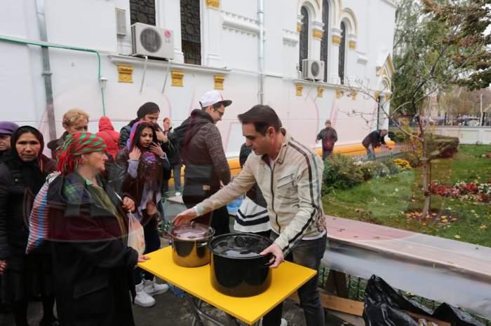 Imagini de colecţie! Lăutari de renume au făcut şi au împărţit 300 de sarmale săracilor în faţa unei biserici din Capitală!