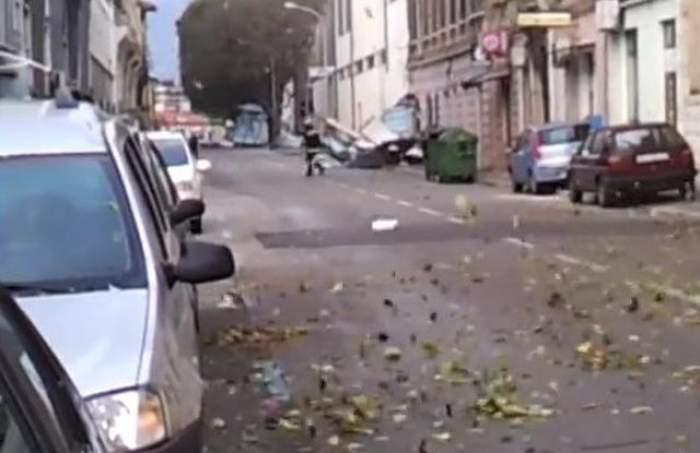 VIDEO Vremea rea face prăpăd! Un pompier a fost luat pe sus de vântul puternic