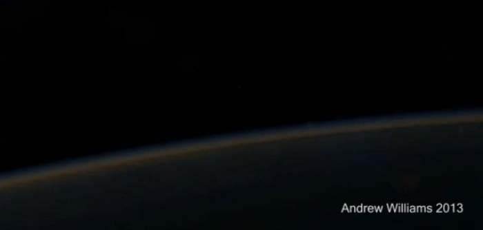 VIDEO Zgomotul Universului seamănă cu ciripitul păsărilor! Ascultă acum ce sunet produce lovirea electronilor