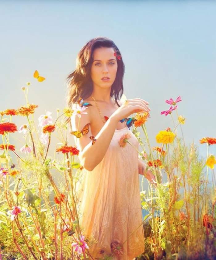 Fierbinte pe balcon! Katy Perry îşi bea cafeaua cu sânii la vedere