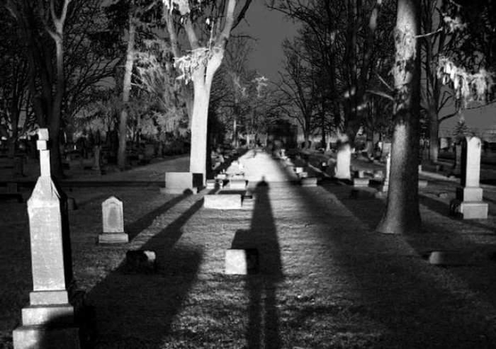 Un copil a fost lăsat în pielea goală într-un cimitir! Vezi la ce umilinţe a fost supus