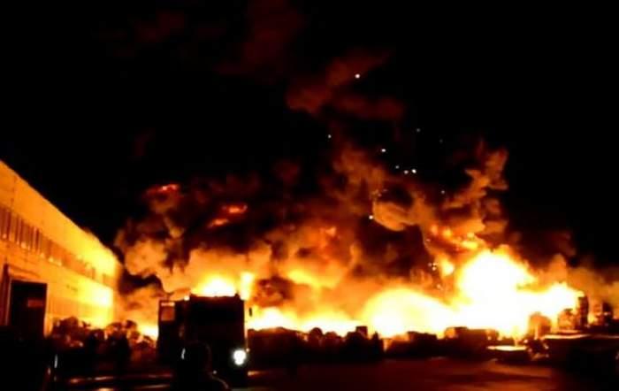 Dezastru inimaginabil în Capitală! Tone de materiale plastice au fost cuprinse de un incendiu devastator. Vezi ce pagube s-au înregistrat