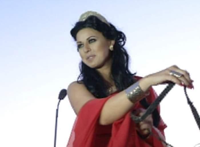 O cântăreaţă de la noi s-a vrut copia la indigo a Angelinei Jolie! O recunoşti?