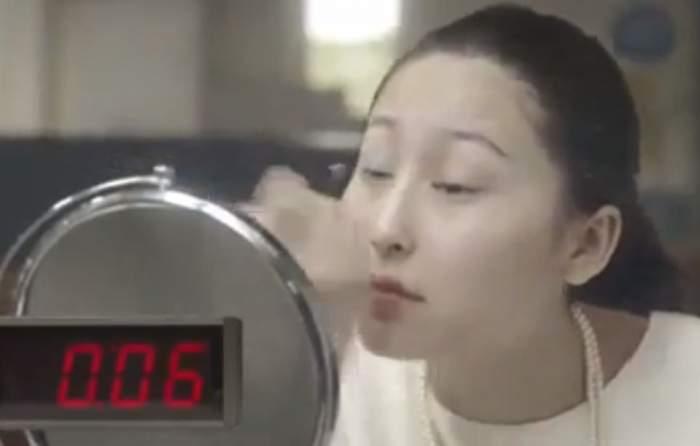 Fetelor, aşa puteţi obţine un machiaj perfect în... 10 secunde. Aveţi curaj să încercaţi metoda asta revoluţionară? / Video