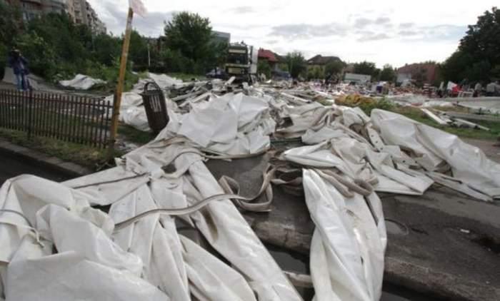 Vijelia a devastat Bucureştiul! Bilanţul: 18 persoane rănite, 140 de copaci şi 21 de construcţii afectate