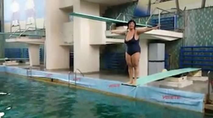 """Spectacol de toată jena la piscină! Ozana Barabancea, cu sânii imenși p-afară, le cântă dușmanilor. Ce le transmite celor care au făcut-o """"balenă eșuată"""""""
