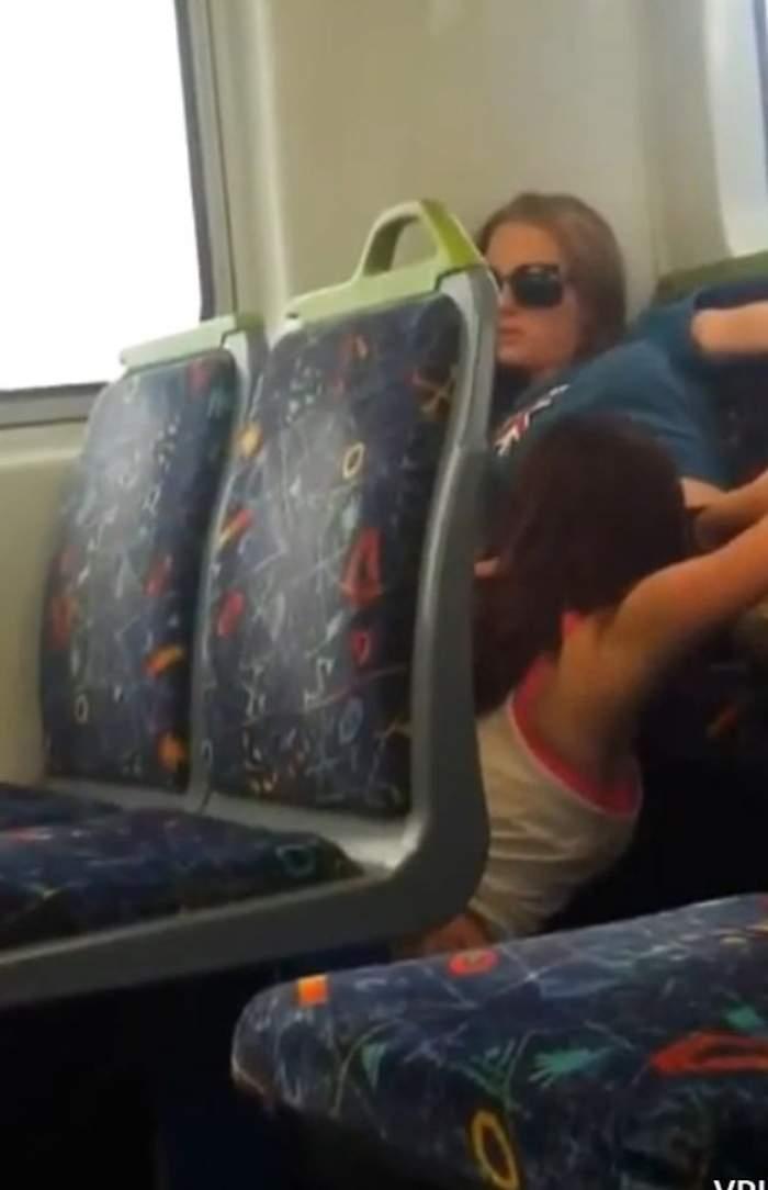 Aşa ceva nu ai mai văzut! O tânără îi face sex oral prietenei în autobuz, de faţă cu ceilalţi călători / Imagini interzise minorilor