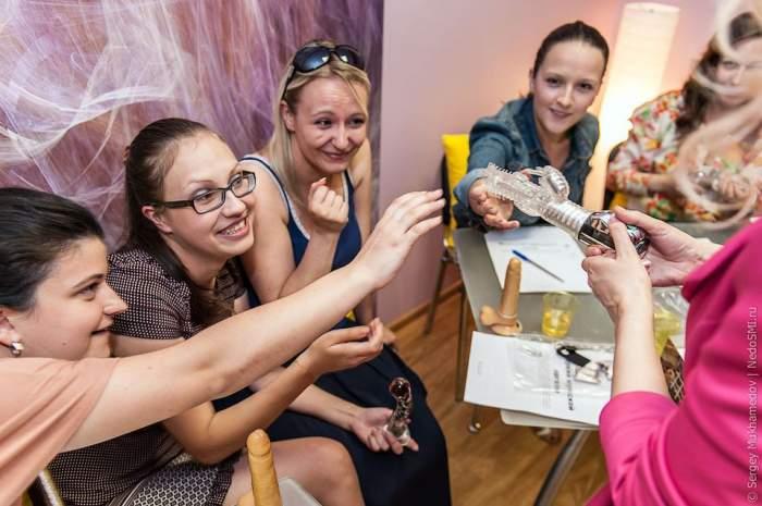 Am ajuns să o vedem şi p-asta! În Moldova se fac cursuri practice de sex oral! Ai merge la astfel de lecţii? / Foto