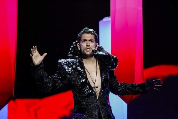 Se reprofilează? După ce a apărut în rochie pe scenă, Cezar Ouatu uimeşte cu o altă ţinută