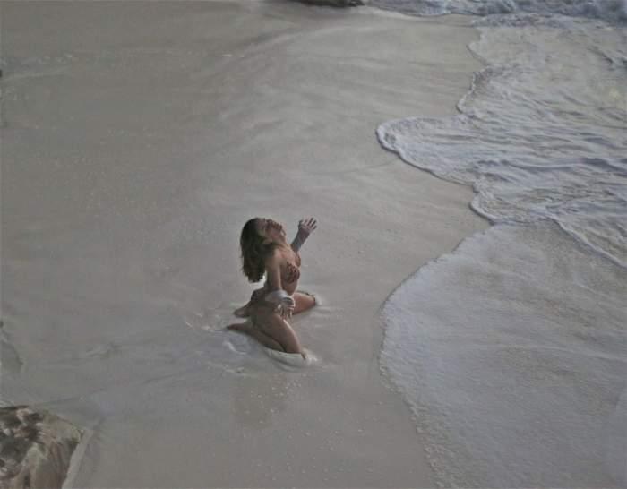 Mădălina Ghenea, aşa cum o visează orice bărbat, în ipostaze aproape porno pe plajă / Foto