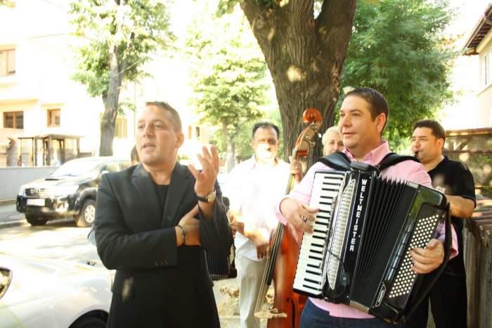 Galerie FOTO demenţială! Uite ce nebunie a fost ieri acasă la Zăvo! Mărculescu i-a cântat serenade în faţa casei!