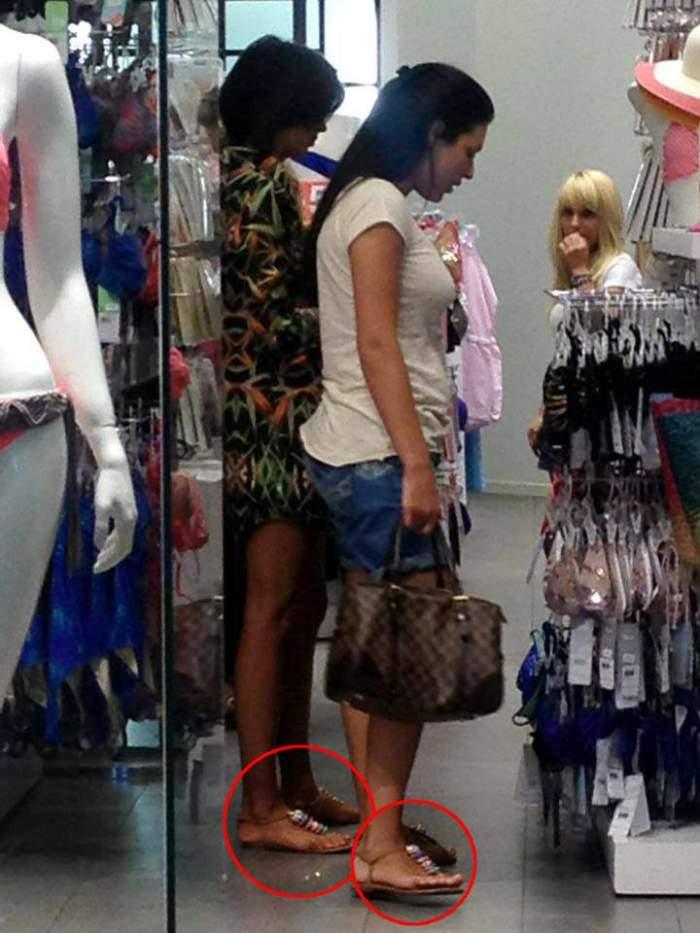 Pamfile se îmbracă... la normă! O arde prin mall purtând aceleaşi sandale ca prietena ei!
