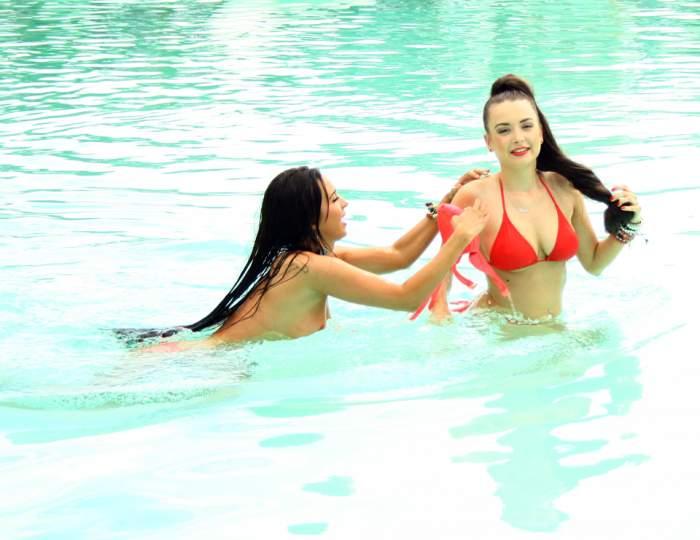 Imagini incredibile cu Roller Sis! Au rămas topless la piscină