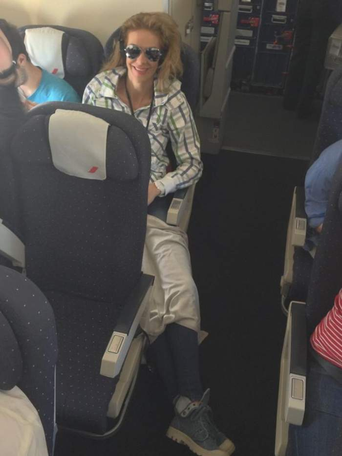 Roxana Ciuhulescu se chinuieşte  în avion. Nu îi încap picioarele!