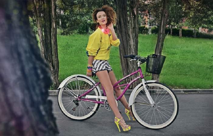 Carmen Negoiţă, fashionistă pe bicicletă! Iată ce haine ne recomandă pentru vacanţa de vară! Galerie Foto