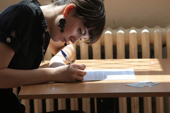 Peste 190.000 de elevi au susţinut astăzi proba la limba română! Vezi ce subiecte au primit!
