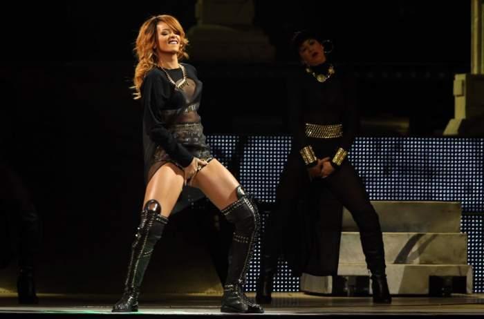 Rihanna, ce-ţi mai place cu degeţelul! Cântăreaţa, la un pas să aibă orgasm pe scenă / Foto