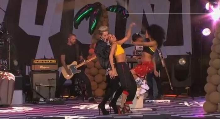 """""""Hannah Montana"""" se transformă din idolul copiilor în fantezia bărbaţilor! A oferit un adevărat show erotic pe scenă! / Video incendiar"""