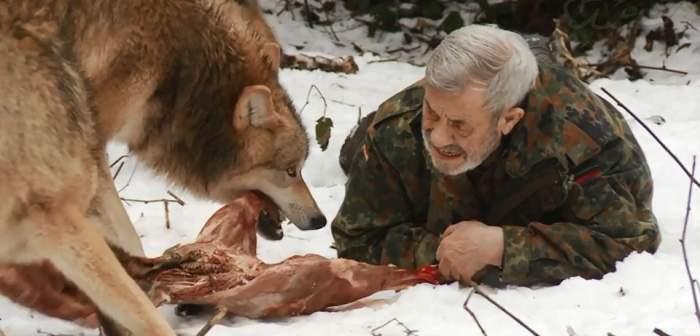 Omul-lup există! Povestea uluitoare a bărbatul care trăieşte şi mănâncă alături de zeci de lupi / Video