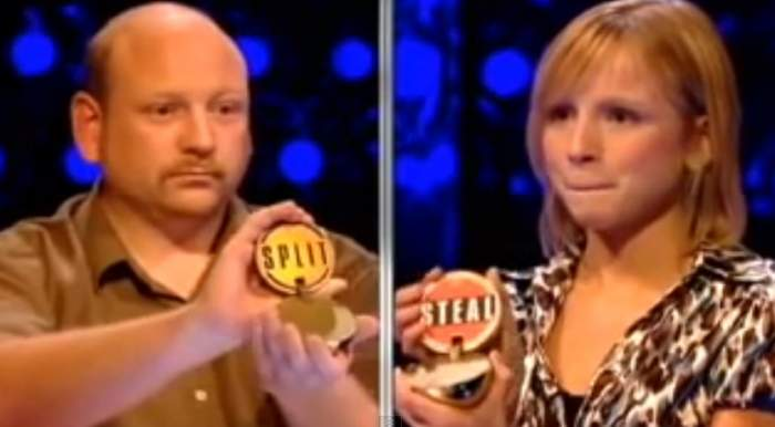Uite cum o femeie din Marea Britanie umileşte un bărbat la un faimos joc şi îi fură toţi banii!