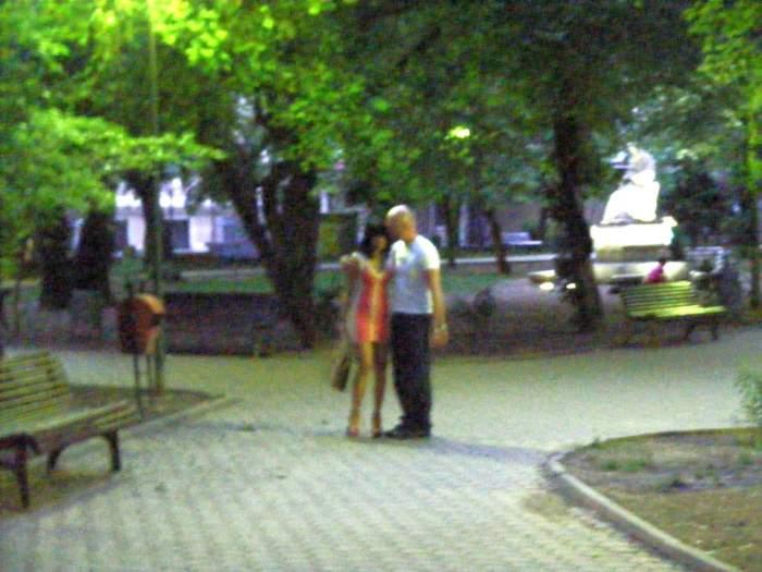 EXCLUSIV! Două vedete s-au sărutat şi s-au pipăit că în filmele pentru adulţi în văzul lumii! Oameni buni, luaţi-vă o cameră!