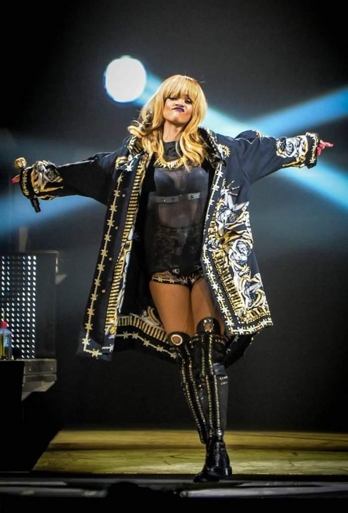 Rihanna, îmbrăcată neglijent, după concertul din Belgia! Vezi cum au surprins-o paparazzi