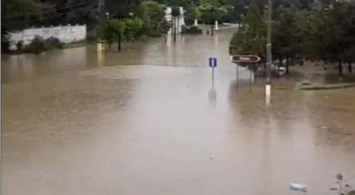 Prăpăd la Medgidia! Străzile au fost rupte de ploi şi s-au format cratere adânci în asfaltul distrus