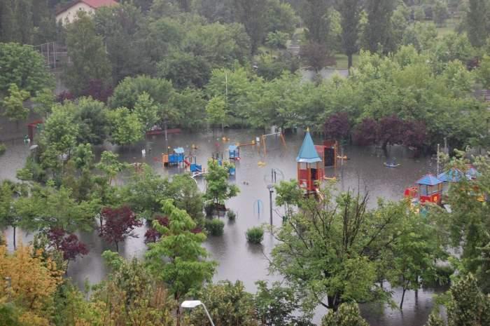 Ploaia face ravagii şi în Capitală! Peste opt milioane de metri cubi de apă au trecut prin canalizare. Iată care au fost cele mai afectate sectoare!