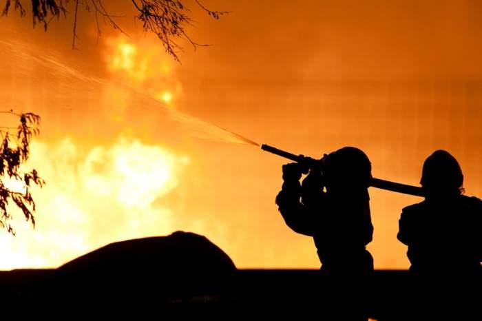România e sub ape, iar Arizona arde! Vezi câţi pompieri şi-au pierdut viaţa în lupta cu flăcările!