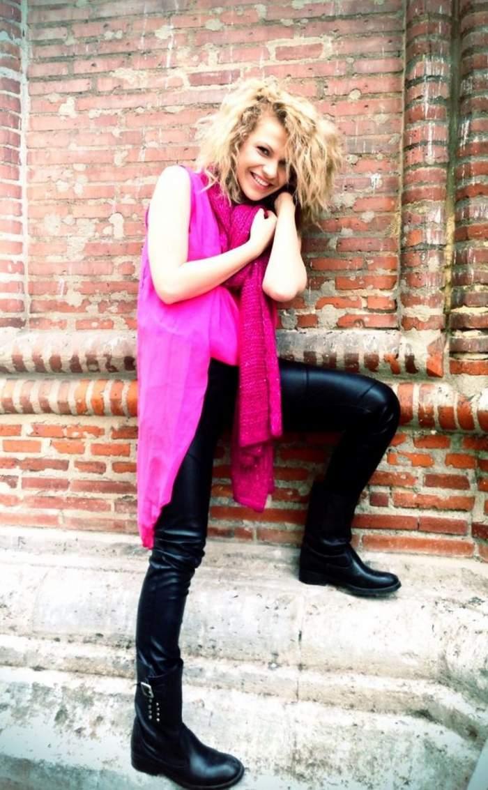 Cristina Vasiu, de la fată cuminte, la vampă supersexy! Vezi cum arată cântăreaţa aproape goală