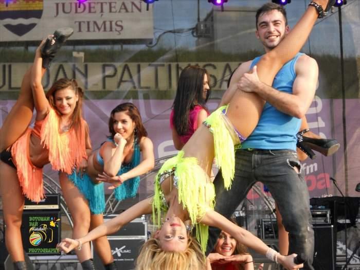 Sus bikini, jos mânuţa! Andreea Bălan surprinsă de Petrişor în timpul unui spectacol!