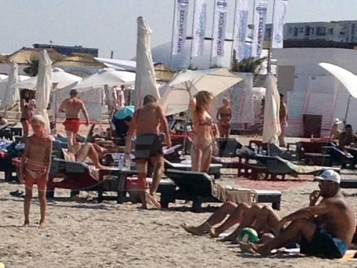 """Brumă la Mamaia! Mircea Badea şi-a scos """"top-modela"""" la plajă!"""