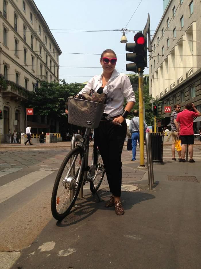 Adina Buzatu s-a plimbat cu motoscuterul prin Milano! Vezi imagini inedite cu stilista!
