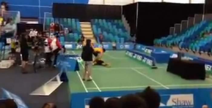 Doi jucători de badminton s-au luat la bătaie în timpul unui meci!/ Video