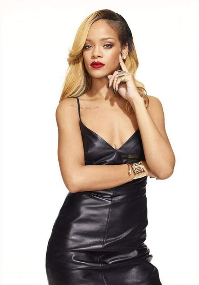 Ce bună e Rihanna aproape goală pe plajă! Uite ce ţinută a purtat şi cum a atras atenţia! Foto