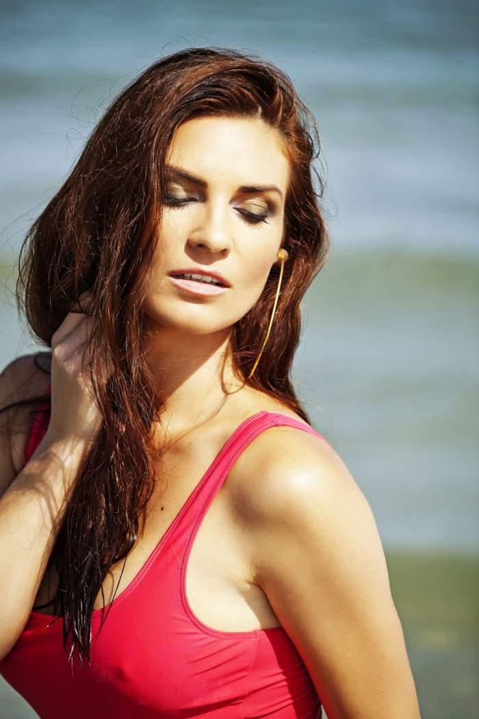 Dacă ar veni să te salveze, ai mai încerca o dată să te îneci! Ellie White e cel mai sexy salvamar din lume! Vezi fotografiile incendiare în costum de baie!