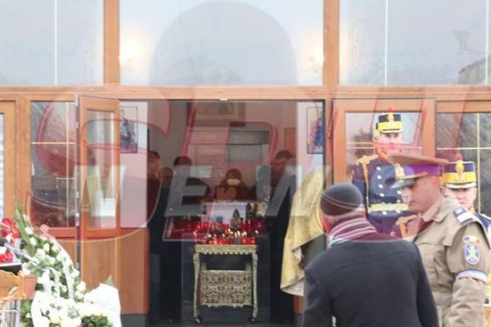 VIDEO Lacrimi şi revoltă la înmormântarea Aurei Ion! Studenta, îngropată în uniformă şi cu onoruri militare