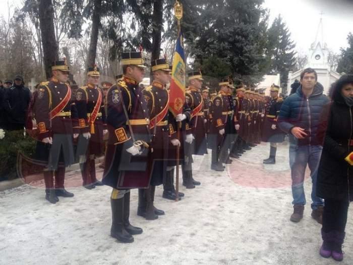 Adrian Iovan, condus pe ultimul drum! Pilotul este înmormântat cu onoruri militare şi aplauze