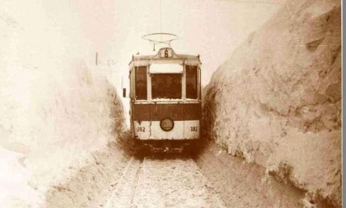 FOTO Aşa a arătat cea mai grea iarnă din istoria ţării: nămeţi de 5 metri, tancuri bătătorind zăpada şi vânt de 126 km/h