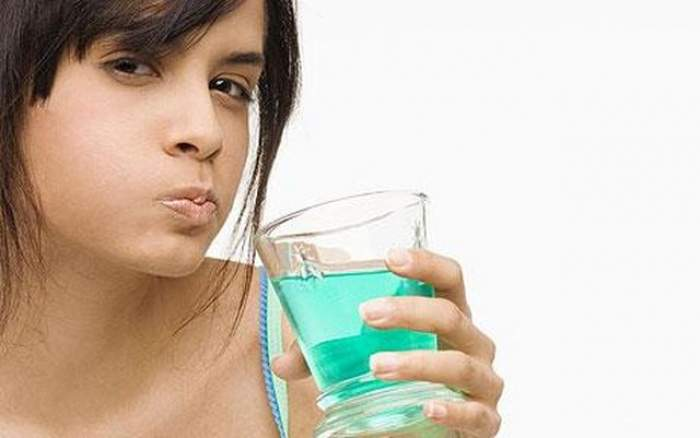 Foloseşti apă de gură? Ai grijă, poţi să mori! Ce au descoperit cercetătorii o să te îngrozească