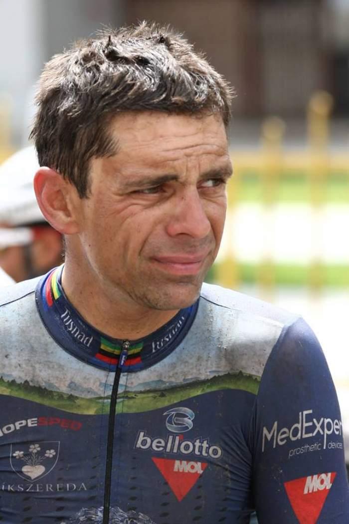 Paralimpicul Novak ţine cu dinţii de scaunul Federaţiei de Ciclism