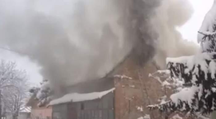 VIDEO Cel mai ghinionist pompier! Se luptă cu flăcările pentru alţii, dar a fost neputincios când casa lui a luat foc